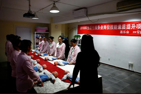 کلاس عملی نحوه مراقبت از کودک در دانشگاهی در شهر پکن