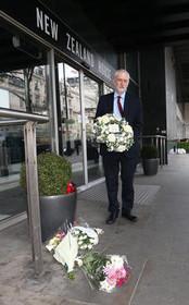 """""""جرمی کوربین"""" رهبر حزب کارگر بریتانیا به نشانه ابراز همدردی با نیوزیلند به خاطر حمله تروریستی روز جمعه به دو مسجد در این کشور، دسته گلی برای سفارت نیوزیلند در لندن برده است."""