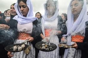 """ایزدیهای عراق در مراسم سالگرد قتل عام صدها تن از هم کیشانشان از سوی """"داعش"""" در روستای """"کوجو"""" در منطقه """"سنجار"""" در شمال عراق"""