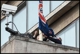 نیمه افراشته کردن پرچم نیوزیلند از سوی کارکنان سفارت این کشور در لندن پس از حمله تروریستی روز جمعه به دو مسجد در این کشور