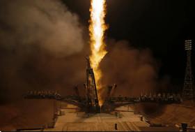 """شلیک راکت فضایی سایوز روسی با فضانوردان روسی و آمریکایی به فضا از پایگاه فضایی """"بایکونور"""" قزاقستان"""