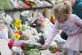 """پلیس شهر """"کرایست چرچ"""" نیوزیلند در حال خواندن پیامهای تسلیت و همدردی مردمی در سوگ کشتهشدگان حمله تروریستی روز جمعه گذشته به دو مسجد در این شهر که منجر به مرگ 50 نمازگزار مسلمان شد"""