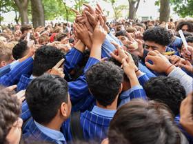 حلقه اتحاد دانش آموزان نیوزیلندی علیه تروریسم در مراسم یادبود قربانیان حمله تروریستی اخیر نیوزیلند