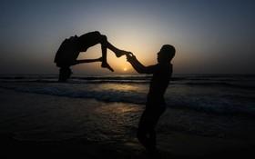 (تصاویر)  تمرین ورزش پارکور در سواحل غزه در فلسطین