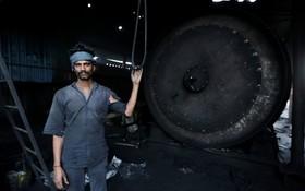 (تصاویر)  کارگری در منطقه صنعتی سکندر آباد در اوتارپرادش در هند