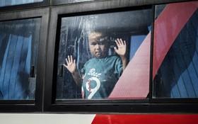 (تصاویر)  کودکی در ارودگاه خانواده های اعضای داعش که اتباع آسیای میانه هستند هنگام تحویل آنان به دیپلمات های این کشورها