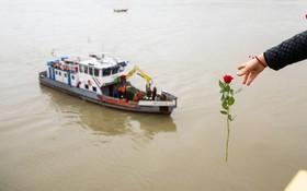 (تصاویر)  یادبود کشته شدگان در حادثه واژگونی کشتی مسافری در رود دانوب در بوداپست مجارستان که هفت نفر از مسافران کره ای آن مفقود شده اند