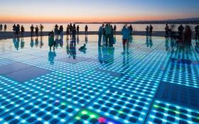 (تصاویر) یک اثر هنری از نیکولا باسیچ هنرمند کروات در منطقه زادار که با سیصد لایه شیشه به مساحت بیست و دومتر ساخته شده است