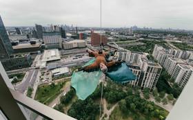 (تصاویر)  یک عضو گروهی هنری در انگلیس در حال تمرین برای انجام نمایشی معلق  در آسمان