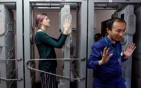 (تصاویر)بازدید کنندگان از محل انفجار نیروگاه هسته ای چرنوبیل   پس از دیدن این محل از میان تجهیزات کنترل رادیو اکتیو عبور می کنند