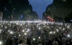 (تصاویر) تظاهرات مخالفان در تیرانای آلبانی با گوشی های روشن