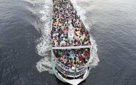 (تصاویر) جمعیت انبوه مسلمانان بنگلادشی در کشتی مسافری عازم شهرهای محل تولدشان برای تعطیلات عید فطر در داکا مرکز بنگلادش