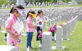 (تصاویر) دانش آموزان در کره جنوبی در حال ادای احترام به قهرمانان جنگی این کشور در سئول