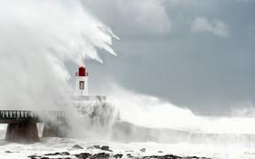 (تصاویر) امواج بزرگ در ساحل آتلانتیک فرانسه در اثر توفان میگوئل