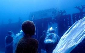 (تصاویر)  پوشاندن مجسمه های موزه زیرآبی با پلاستیک در  لانزاروت اسپانیا  در اعتراض به الودگی اقیانوس ها در روز جهانی اقیانوس