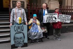 (تصاویر)  تظاهرات معترضان به  واتیکان در مقابل دادگاهی که اسقف جرج پل اسقف استرالیا را به دلیل اتهامات کودک آزاری محاکمه می کند
