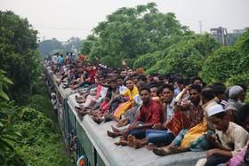 (تصاویر)  سفر با قطار در روز تعطیلات عید فطر در بنگلادش