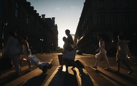 (تصاویر)  شرکت کنندگان در مراسم شام با لباس سفید جشن سنتی در فرانسه در حال حرکت به محل برگزاری جشن