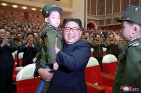 (تصاویر)  کیم جونگ اون در مراسم کنسرت در پیونگ یانگ با شرکت زن افسر ارتش خلقی یان کشور که گفته شده بود به دلیل مذاکرات ناموفق با آمریکا کشته شده بود