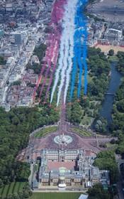 (تصاویر)  صحنه از مراسم مانور هوایی در لندن در مراسم سلطنتی تولد ملکه انگلیس