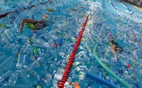 (تصاویر) مراسمی در جهت هشدار از انباش زباله در اقیانوس ها با شنا در استخری با پلاستیک های شناور در بانکوک تایلند