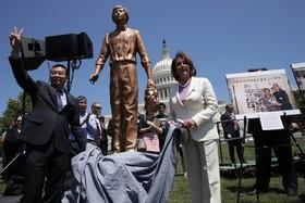 (تصاویر)  یانگ جیانلی که تصویرش در مقابل تانک های چینی در میدان تیان آن من نماد این روز شده در کنار نانسی پلوسی نماینده مجلس نمایندگان آمریکا مجسمه ای از وی را  در سالگرد این رویداد در مقابل مجلس نمایندگان آمریکا پرده برداری می کنند