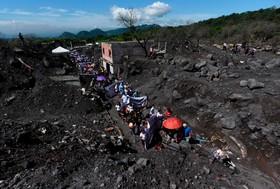 (تصاویر)  یادبود کشته شدگان آتش فشان سن میگوئل در گواتمالا که دویست کشته و بیش از دویست مفقود برجای گذاشت