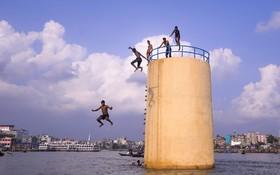 (تصاویر) آب تنی نوجوانان در رودخانه برگانگا در دهاکا در هند