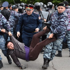 (تصاویر) پلیس در قزاقستان تظاهرکننده ای را بازداشت کرده است