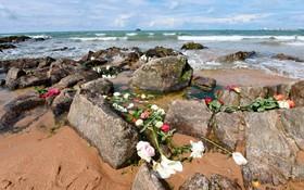 (تصاویر)  پس از کشته شدن سه امدادگر در تلاش برای نجات حادثه دیدگان از توفان سن میگوئل در سواحل فرانسه گروهی به یادبود آنان در ساحل شرکت کرده اند و گلهایی به یاد آنان نثار کرده اند