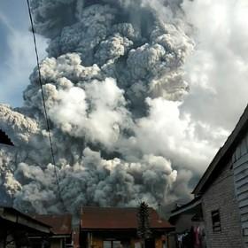 (تصاویر)  خاکستر ناشی از آتش فشان سینابانگ در اندونزی