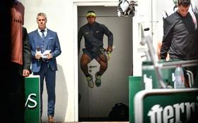 (تصاویر)  رافائل نادال اسپانیایی در حال گرم کردن پیش از شرکت در مسابقه نهایی علیه دومنیک تیم استرالیایی در مسابقه اوپن تنیس فرانسه