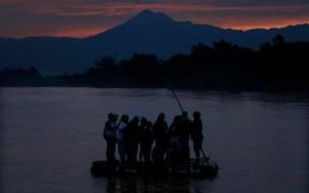 (تصاویر)  مهاجران غیرقانونی سوار بر بلم روی رودخانه ساچیات از گواتمالا عازم مکزیک هستند