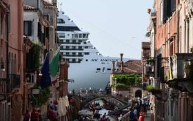 (تصاویر)  کشتی مسافربری بزرگ در ساحل ونیز که حرکت آن ها در ساحل ونیز موجب اعتراض ساکنان این شهر شده است