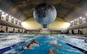 (تصاویر) اثری از هنرمند انگلیس در استخری در ایتالیه که ماه را به اندازه قطر هفت متری باز سازی کرده است