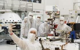 (تصاویر) اعضای تیم هدایت طرح مریخ نورد در پاسادنای ناسا در آمریکا در حال سلفی گرفتن