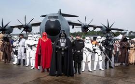 (تصاویر) بازدید کنندگانی با لباس های شخصیت های فیلم جنگ ستارگان در حال بازدید از نمایشگاه هوایی روز ارتش در آلمان