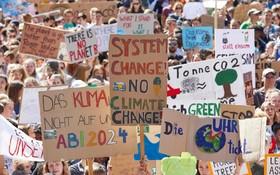 (تصاویر) تظاهرات دانش آموزان در هامبورگ آلمان در روز جمعه برای نجات محیط زیست جهان
