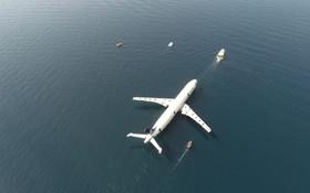 (تصاویر) حمل هواپیمای ایرباس آ سیصد  در ترکیه برای تکمیل اوراق نهایی قطعات این هواپیما که در آب های اطراف آنتالیا غرق شده بود
