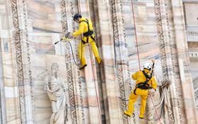 (تصاویر)کارگران در حال پاکسازی بنای تاریخی در میلان ایتالیا