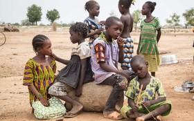 (تصاویر) کودکان آواره بورکینافاسویی در اردوگاهی در کنار مدرسه محل تدریس خود گرد آمده اند