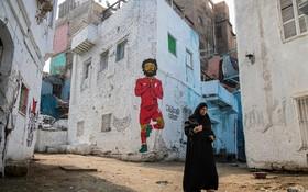(تصاویر) کوجه ای در قاهره مصر که روی دیوار عکسی از محمد صلاح مهاجم تیم فوتبال لیورپول نقاشی شده است