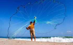 (تصاویر) ماهیگیر فلسطینی در غزه در حال آماده سازی تورش