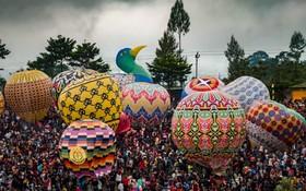 (تصاویر) هوا کردن بالن های هوای گرم در مرکز جاوه در اندونزی در یک مراسم سنتی