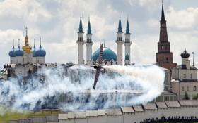 (تصاویر) نمایش هوایی نمایشی در کازان روسیه مقابل مسجد گل و کرملین کازان