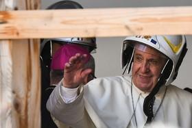 (تصاویر) پاپ در حال بازدید از مراکز مذهبی  که در زلزله خسارت دیده اند با کلاه ایمنی