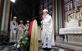 (تصاویر) انجام نخستین مراسم مذهبی پس از آتش سوزی کلیسای نوتردام در پاریس شرکت کنندگان با کلاه ایمنی در این مراسم شرکت کرده بودند