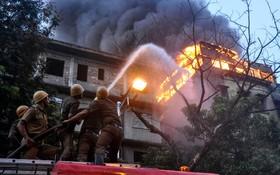 (تصاویر) آتش نشانان در تلاش برای مهار آتش سوزی یکه مرکز تجاری در کلکته هند