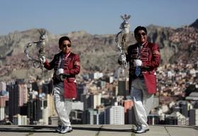 (تصاویر) پدر و پسری برای یک جشنواره سنتی در لاپاز بولیوی آماده می شوند