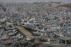 (تصاویر) پهلوگیری قایق های ماهیگیری در بندری درکراچی پس از هشدار توفان